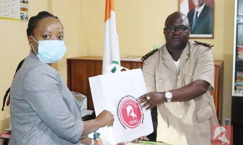 Une des responsables de l'Ong remettant un présent à une autorité préfectorale. (Photo: Fisvo)