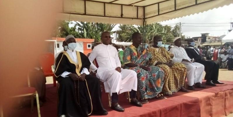 Musulmans, chrétiens et des membres de la chefferie traditionnelle au cours de cette cérémonie interreligieuse. (Photo : Dr)