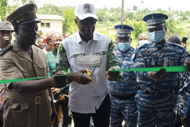 Le président du Conseil régional de la Nawa, Alain Donwahi, a procédé à l'inauguration de la brigade par la coupure du ruban symbolique. (Dr)