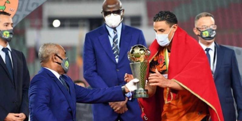 Le capitaine de Berkane recevant le trophée des mains du président de la Caf. (Dr)
