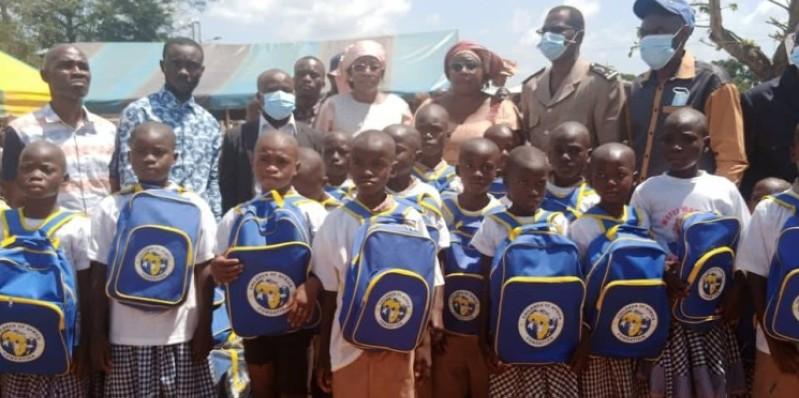 La marraine, Mme M'Bahia Maférima Bamba (au centre) et les autorités locales ont posé avec les heureux bénéficiaires. (Dr)