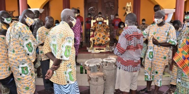 Le tam-tam sacré a été remis à sa Majesté Amon Tanoè. (Dr)