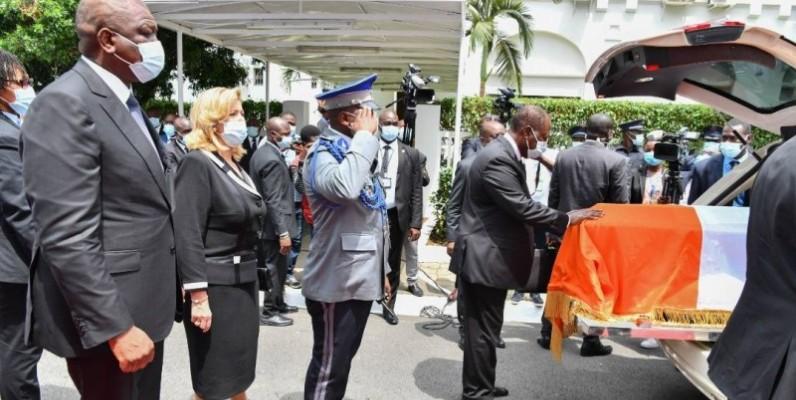 Le Chef de l'État, Alassane Ouattara se recueille sur le cercueil du défunt. (Dr)