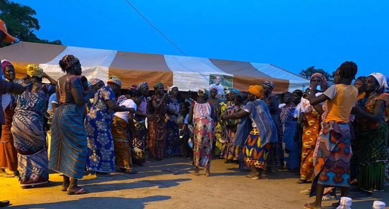 Mobilisation des femmes lors d'une étape lors de la tournée de M. Kinapara