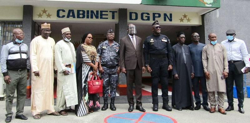 Les membres de la délégation posent avec le DG de police, Kouyaté Youssouf. (DGPN)