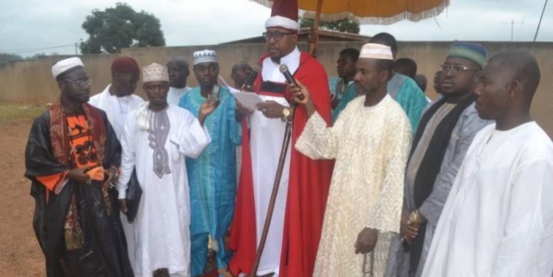 L'Imam principal de la grande mosquée, Ali N'Guessan (au micro), a prôné la paix dans cette période délicate que traverse Daoukro.