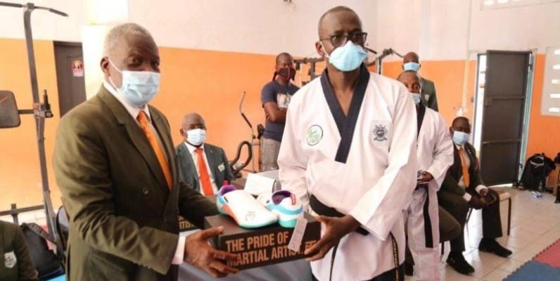 Me Mangala, vice-président de la Fitkd (à gauche) remettant un kit symbolique au président de la commission, Me Ouattara Ibrahim. (Dr)