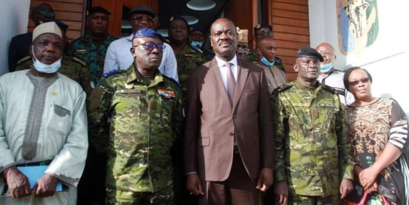 La délégation de la Cedeao, conduite par le général Francis Béhanzin et le général de corps d'armée, Lassina Doumbia, chef d'état-major général des armés et ses hommes après la rencontre. (Dr)