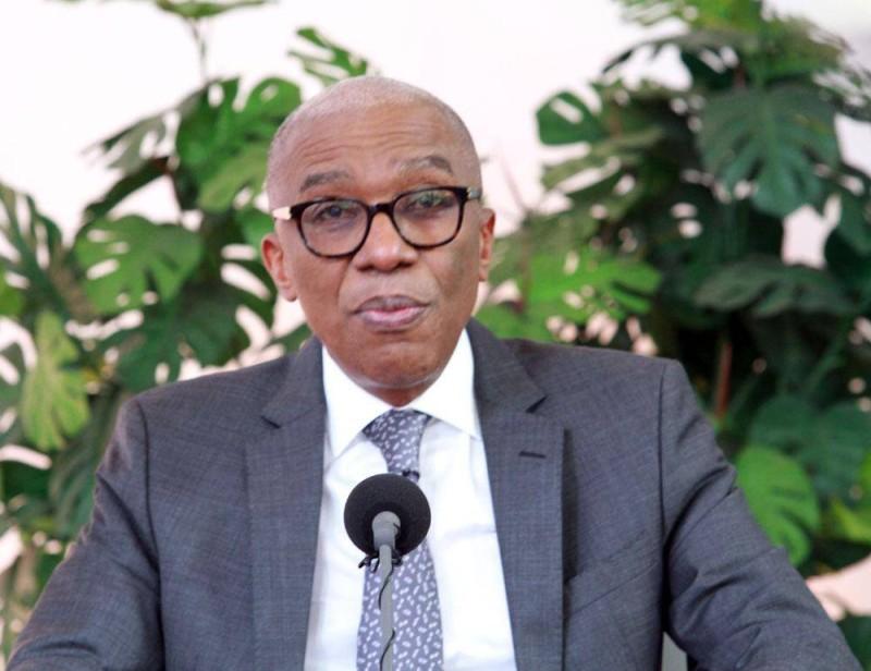 Le porte-parole de la Cei, Émile Ebrottié, sur le plateau de la Rti, pour donner les premiers résultats de la présidentielle (Ph: Sebastian Kouassi)