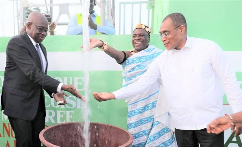 Le ministre Adama Coulibaly et le dg de la Lonaci, se réjouissent de la mise en service du château d'eau de Kangrassou-Aluibo. (Dr)