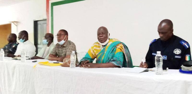 La table de séance lors de la rencontre du Comité civilo-militaire et la population. (Dr)