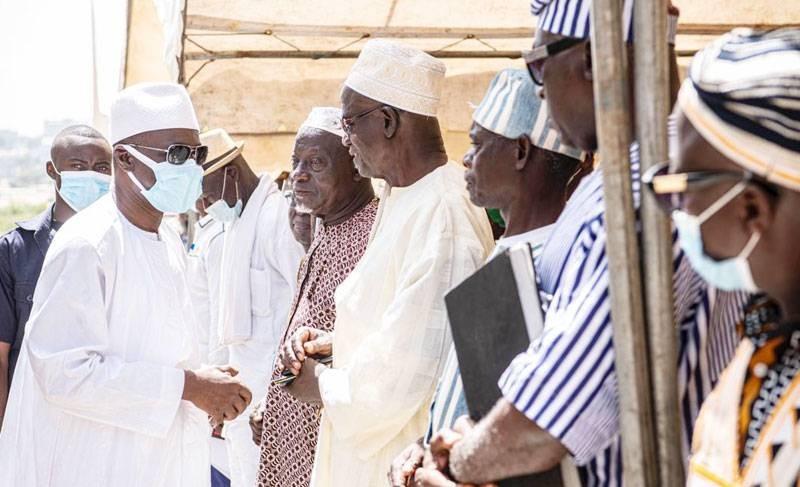 Le ministre des Transports, Amadou Koné, saluant les chefs traditionnels et de communautés de la région de Gbêkê. (DR)