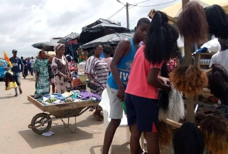 Le marché de Kouté a renoué avec ses vendeurs et ses clientes ici en plein marchandage. (Photo: Germain Gabo)