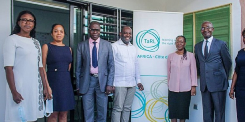 Mme Aïda A. N'Diaye-Riddick (3e à partir de la droite) entouré des partenaires du projet. (DR)