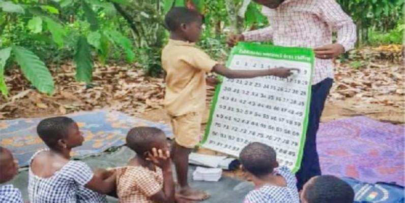 Quelques élèves apprenant à lire. (DR)