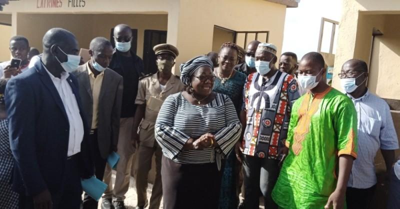 La ministre Anne Ouloto s'adressant aux élus, cadres et responsables locaux de l'Éducation nationale après la remise des clés des latrines. (Dr)
