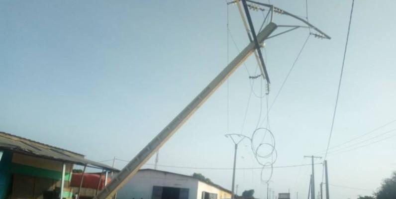Une vue du poteau électrique détruit. (DR)