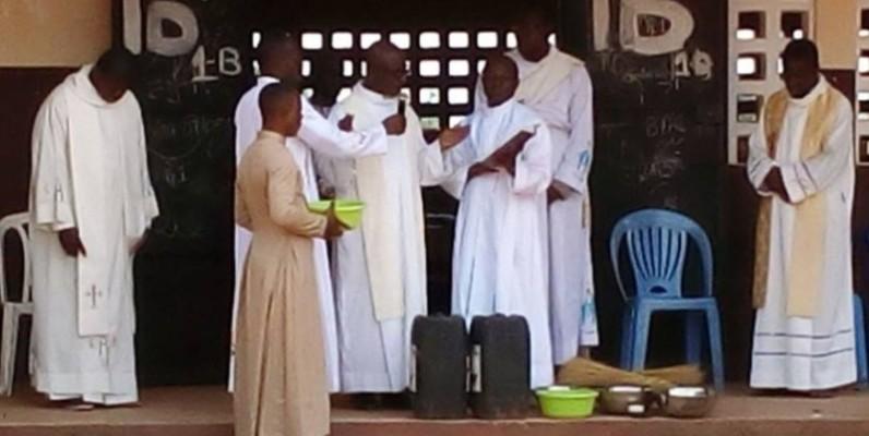 Des prières de bénédictions ont été dites par des guides religieux au lycée municipal de Sikensi. (DR)