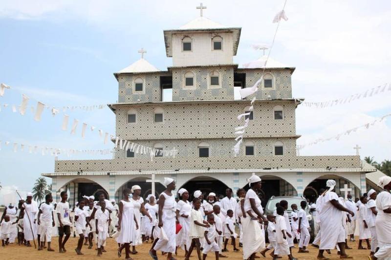 Une procession des fidèles de l'église Papa nouveau. (Dr)