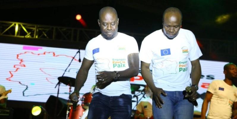 A'Salfo à droite, lors d'un concert à Yamoussoukro, dans le cadre de la caravane (Engagé pour la paix). (Dr)