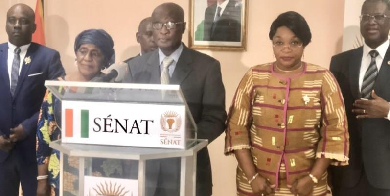 Dr Touré Souleymane, le président du groupe parlementaire Rhdp au Sénat (au micro) et certains de ses pairs lors de la déclaration. (Dr)