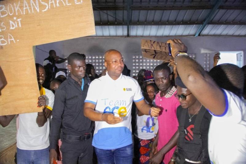 Le chef de cabinet de Dosso Moussa esquissant quelques pas de danse avec les populations visiblement heureuses. (DR)