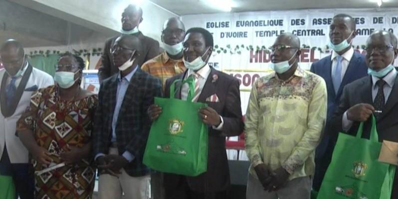 La délégation du ministère des Transports ont posé avec les responsables de l'Eglise des Assemblées de Dieu d'Adjamé Gare pour la psotérité. (Dr)