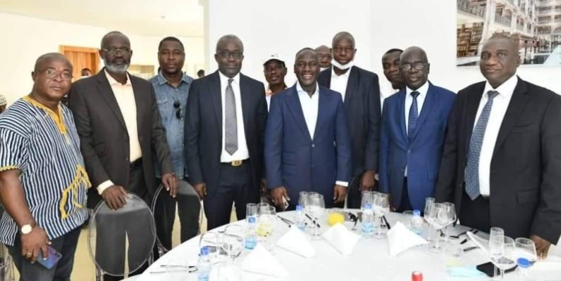 Le directeur exécutif, Adama Bictogo et les délégués départementaux Rhdp lors du repas. (Dr)