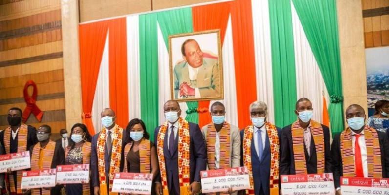 Une vue des bénéficiaires en compagnies du Premier ministre Hamed Bakayoko. (DR)