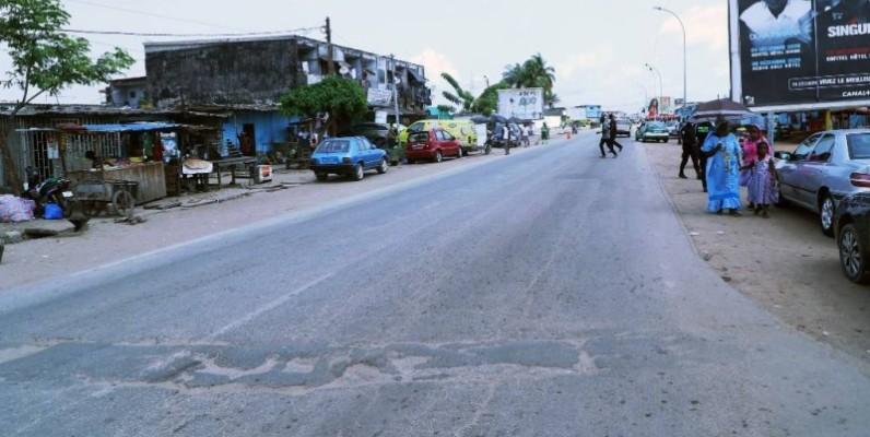 Le ministre l'Equipement et de l'Entretien routier, Amédé Koffi Kouakou, s'est imprégné de l'état de la voirie du quartier Sogefiha, à Abidjan-Koumassi. (DR)