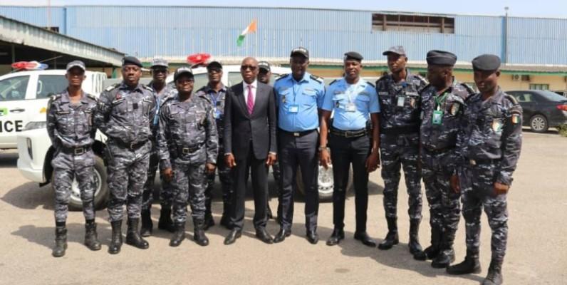Le directeur général de la Sotra (au centre) et les plus hauts responsables de la police spéciale Sotra ont immortalisé l'instant. (Dr)