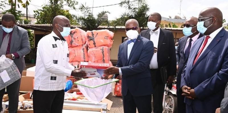 Le ministre Dosso Moussa remettant symboliquement le matériel à un des acteurs du secteur des ressources animales et halieutiques. (Photo : Dr)