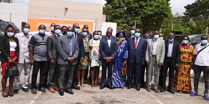 Les récipiendaires ont exprimé leur gratitude au Chef de l'État à travers le ministre Moussa Dosso (au centre). (Photo : Dr)