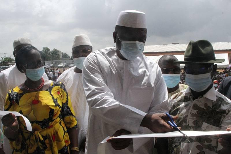 Le Premier ministre Hamed Bakayoko a procédé à la coupure du ruban symbolique du groupe scolaire. (Photos : Joséphine Kouadio)