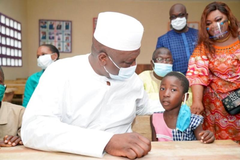 Le Premier ministre a partagé un moment avec les enfants bénéficiaires des établissements scolaires. (Photos : Joséphine Kouadio)