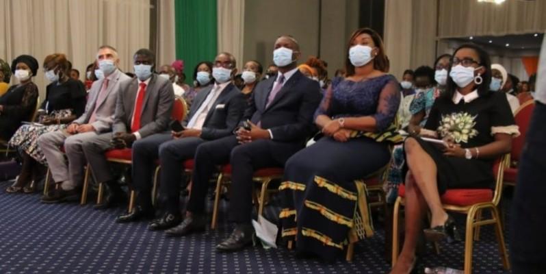 Mamadou Touré et Myss Belmonde Dogo (3e et 2e à partir de la droite) ont assuré de l'engagement du gouvernement ivoirien à promouvoir l'entrepreneuriat féminin. (Dr)