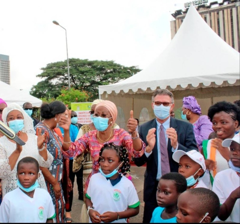 La ministre Ramata Ly-Bakayoko en compagnie des enfants (Dr)
