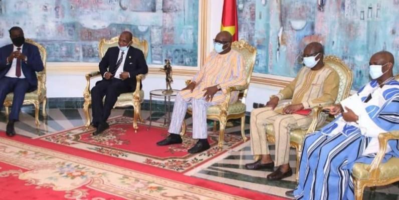 Le Président sortant Roch Kaboré au centre. (présidence du Faso)