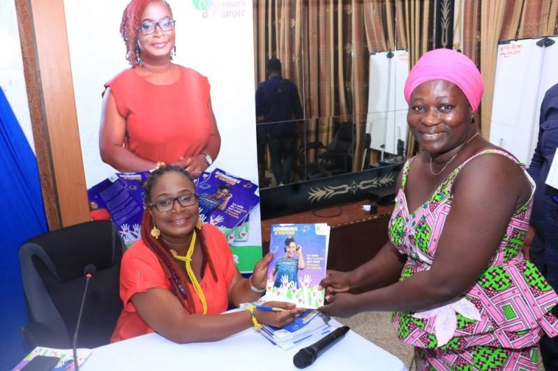 Roselyne Sosoo, l'auteure de ''Donneurs d'espoir, la voix de l'enfant qui peut changer le monde'' s'est fait le plaisir de laisser de gentils mots dans les livres achetés. (DR)