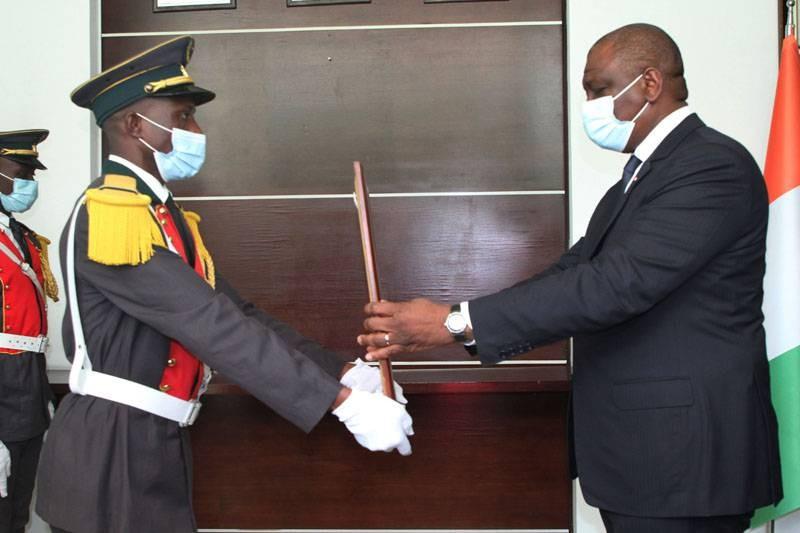 Un portrait de l'ex-Premier ministre Amadou Gon Coulibaly remis à Hamed Bakayoko. (DR)