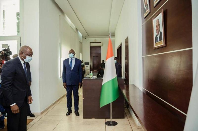 Feu le Premier ministre Amadou Gon Coulibaly dans la galerie de la Primature. (DR)