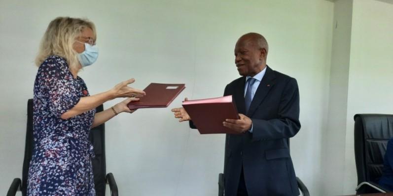 Echange de parapheurs entre l'ambassadrice de la Suisse en Côte d'Ivoire, Anne Lugon-Moulin et le Secrétaire exécutif du Conseil de l'Entente, Patrice Kouamé. (DR)