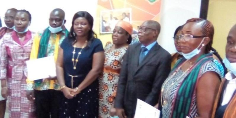 La photo de famille à l'issue de l'installation de la cellule genre du ministère de la Solidarité, de la Cohésion sociale et de la Lutte contre la pauvreté. (Franck YEO)