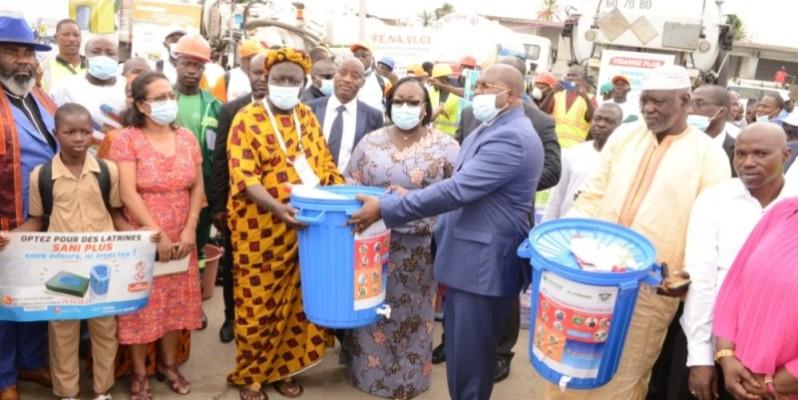 Un important lot de matériel d'assainissement a été offert aux populations d'Abobo Sagbé. (photo : Dr)