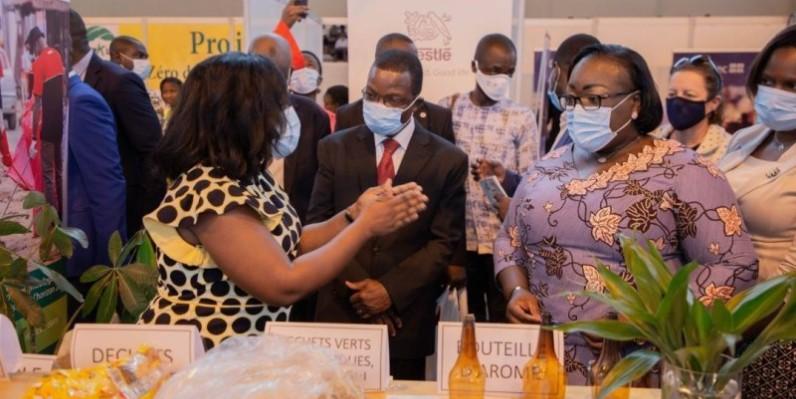 La ministre visitant un stand du groupe agroalimentaire Nestlé. (Photo : Groupe Nestlé)