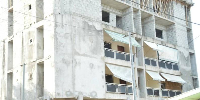 Le bâtiment présentant des risques d'effondrement évacué. (Photos : Julien Monsan)