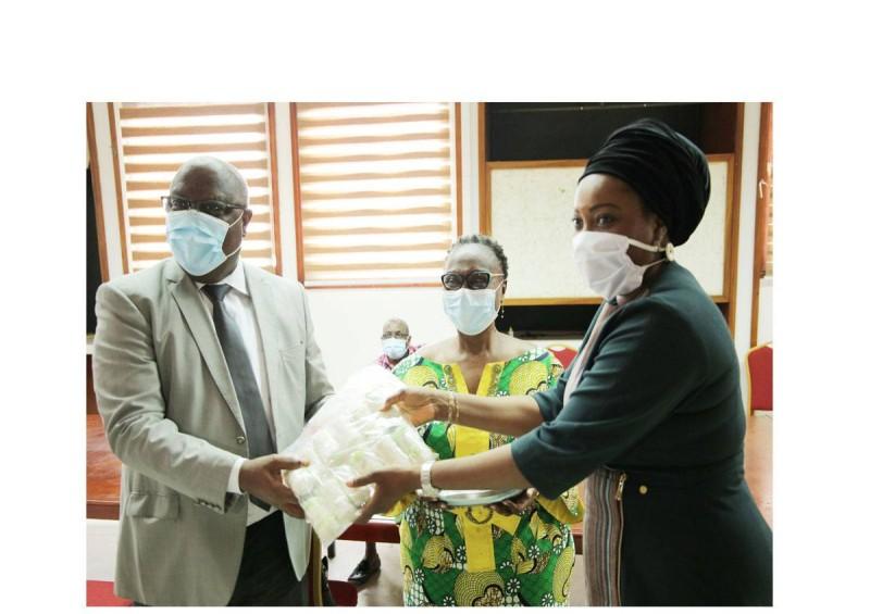 Mme Sarata Koné-Thiam, Dg de UBA remettant les dons