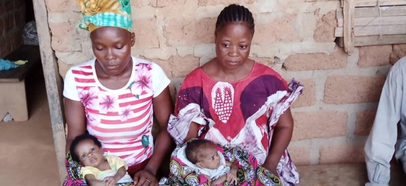 Des jumelles malades et leur maman à Zodrou. (Photos : Saint-Tra Bi)