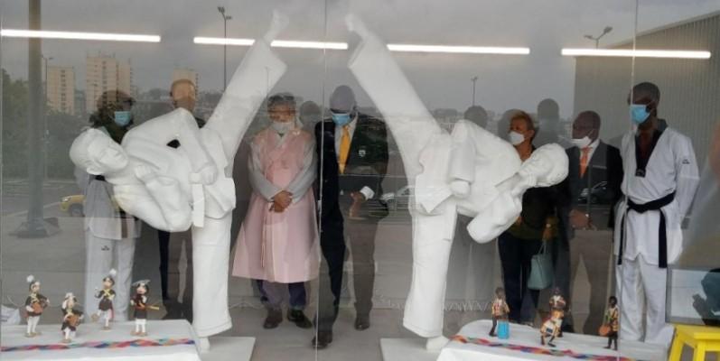 Une vue des statues posées dans une baie vitrée, à l'entrée de la salle de 1200 places. (Photo : Dr)