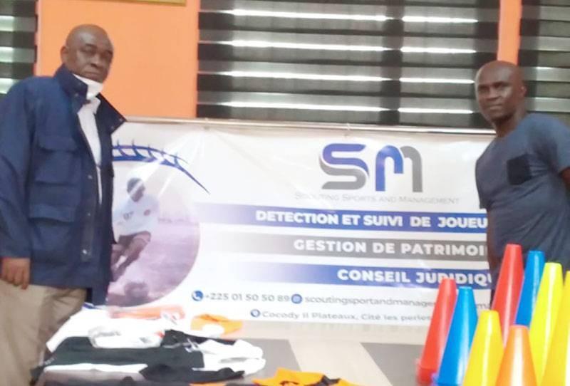 Le président de la SOA, à gauche, a réceptionné le lot qui va permettre à son équipe d'évoluer dans la sérénité. (DR)
